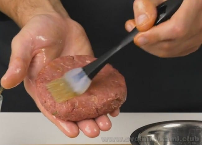 Перед жаркой бифштекс из говяжьего фарша можно сразу смазать маслом.