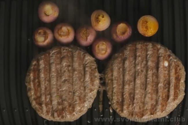 Бифштекс из говяжьего фарша жарится очень быстро, поэтому важно не пересушить его.