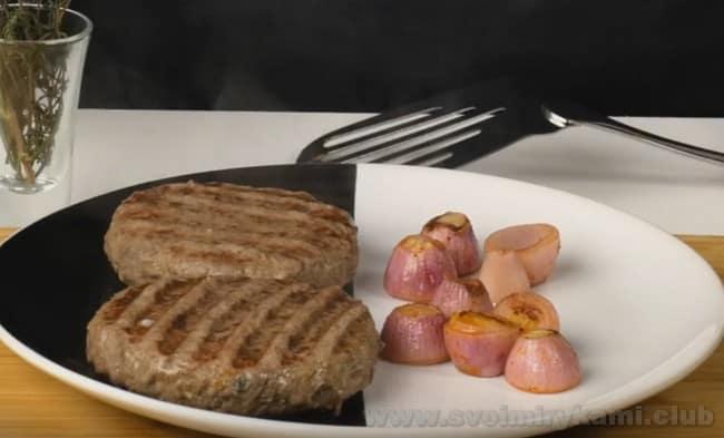 Позаботьтесь о красивой презентации бифштекса рубленного из говяжьего фарша.