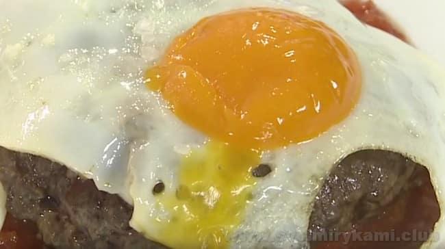 Рубленный бифштекс с яйцом готов!