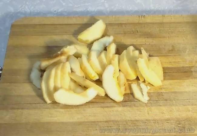 Брусничный соус к мясу, приготовленный по этому рецепту, можно консервировать на зиму.