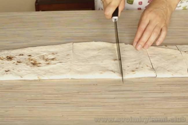 Теперь нарежем лаваш и будем обжаривать бутерброды из лаваша на сковороде.