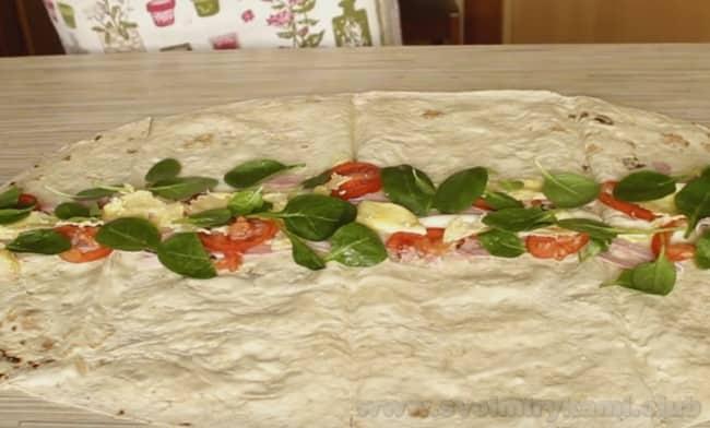 Разнообразьте вкус горячих бутербродов из лаваша свежей зеленью.