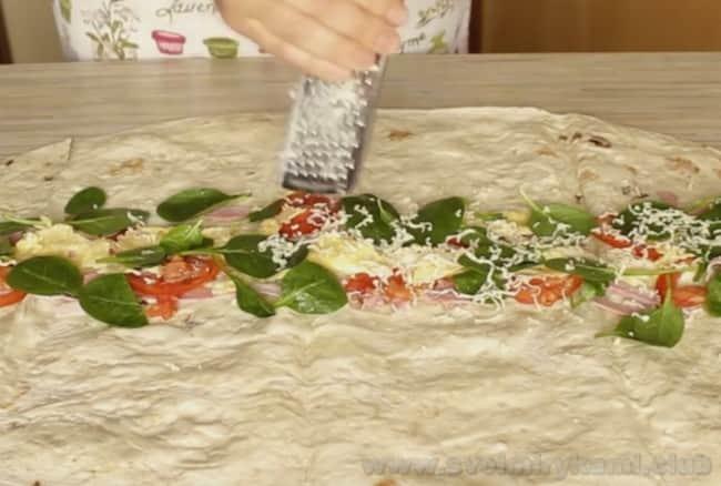 Натертый сыр - неотъемлемая составляющая горячих бутербродов из лаваша.