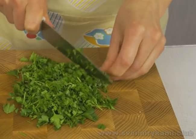 Чтобы чебуреки с мясом были вкусные, предлагаем добавить в рецепт петрушку.