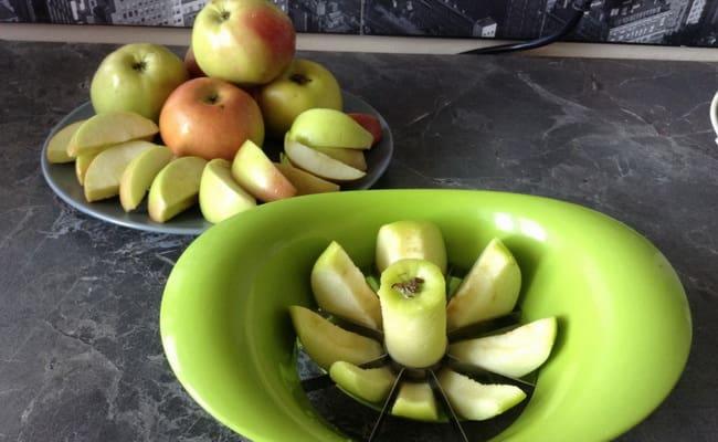 Нарезаем яблока на дольки и извлекаем из них серединку.