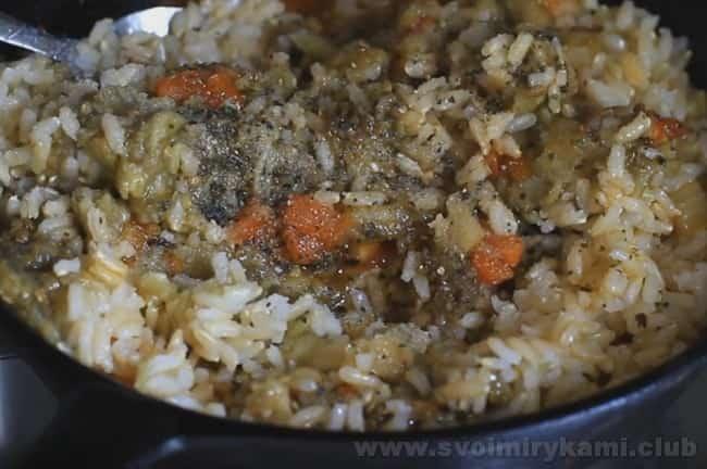 Начинка для баклажанов, фаршированных морковью и рисом, готова.