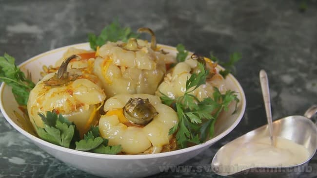 Перец, фаршированный мясом и рисом - это рецепт отменного блюда, которое можно подавать самостоятельно.