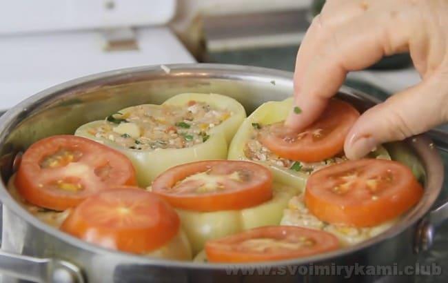 Перец, фаршированный мясом и рисом, приготовленный по нашему рецепту, можно накрыть крышечками из помидор или перцев.