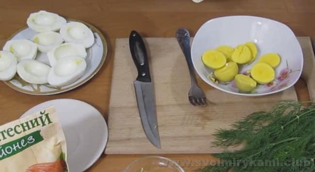 А этот рецепт с фото поможет приготовить яйца, фаршированные сыром и чесноком.