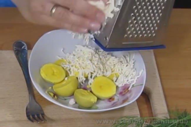 Воспользовавшись нашим рецептом с фото, приготовьте яйца, фаршированные сыром и чесноком - очень популярная закуска!