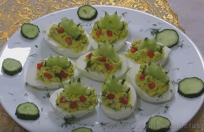 Приготовьте и вы яйца, фаршированные сыром и чесноком по нашему рецепту с фото.