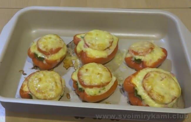 Запеченный фаршированный перец с сыром в духовке можно подавать к столу!