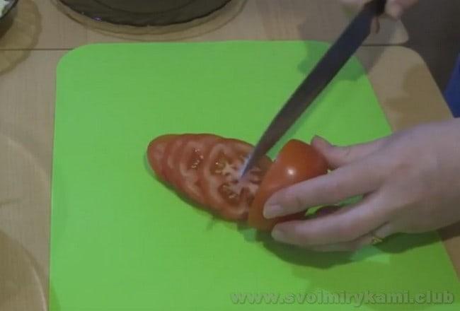 Рецепт запеченного фаршированного перца с сыром в духовке усовершенствуем помидорами.