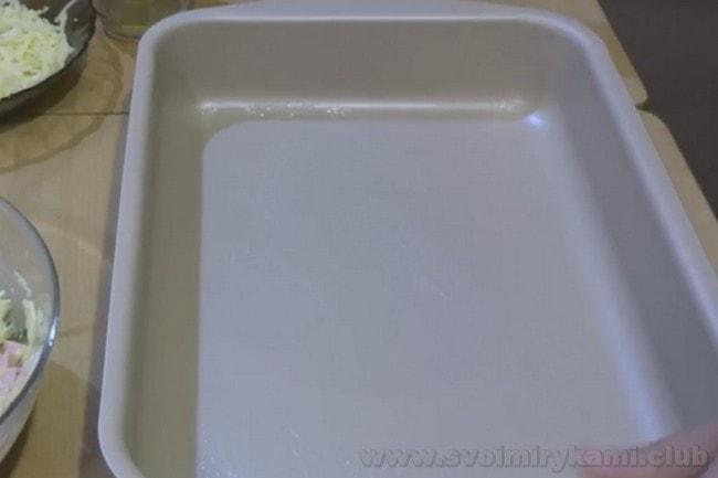 Подготовим форму для запекания фаршированного перца половинками в духовке.