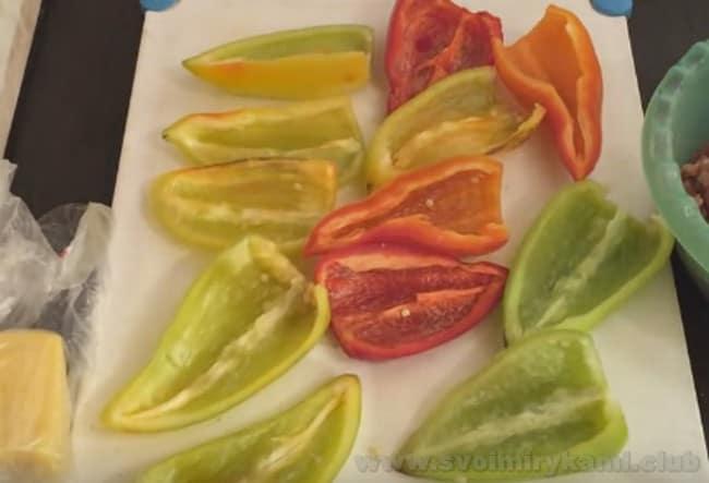 Перец, фаршированный в фаршем в духовке по такоу рецепту можно готовить и половинками, и целиком.