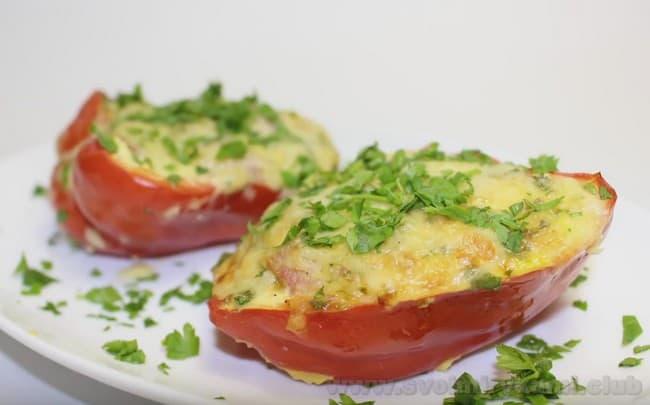 Перец, фаршированный с фаршем в духовке, будет выглядеть очень аппетитно, если посыпать его тертым сыром за 10 минут до готовности.