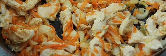 Обжарьте мясо с грибами для приготовления перловой каши.