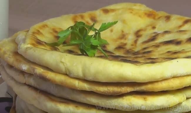 Готовое хачапури с сыром по-тбилисски можно смазать сливочным маслом.
