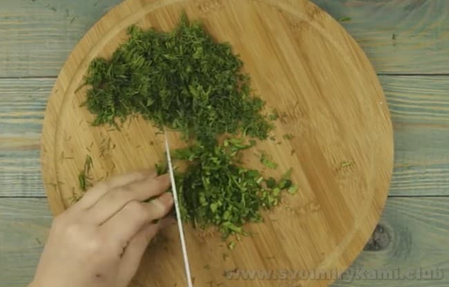 В начинку для хачапури с творогом и сыром непременно добавляем зелень.