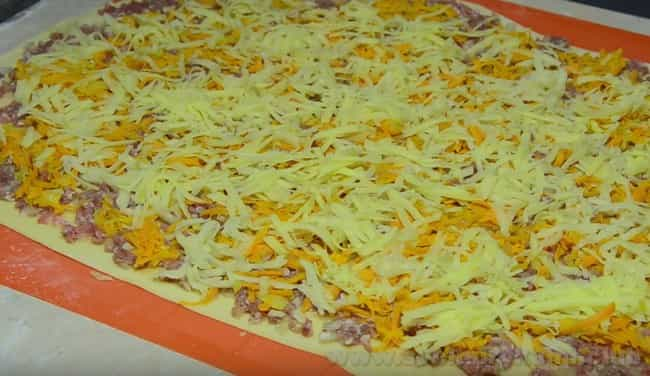 Выкладываем начинку на тесто для приготовления ханума с мясом и картошкой по нашему рецепту.