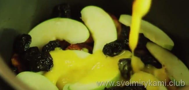 Что бы приготовить индейку в апельсиновом соусе в мультиварке, выкладываем в чашу яблоки и чернослив
