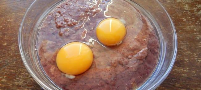 Добавьте в фарш для котлет из говяжьей печени манку, муку и яйца.