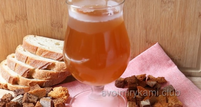 Вкусный квас из ржаного хлеба приготовленный в домашних условиях готов.