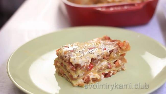 Нарежьте овощную лазанью порционными кусочками.