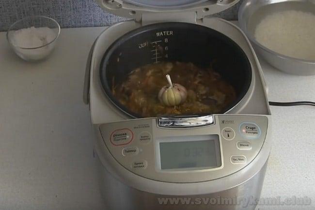 Приготовление плова с мясом в мультиварке подразумевает добавление чеснока.