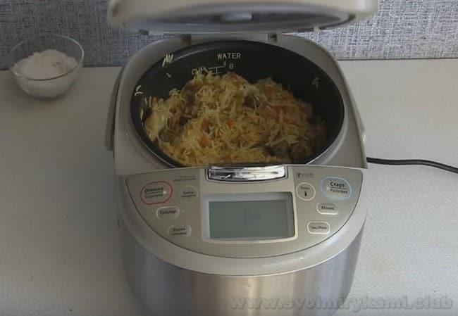 Чтобы приготовить рассыпчатый плов в мультиварке, соблюдайте правильные пропорции риса и воды.