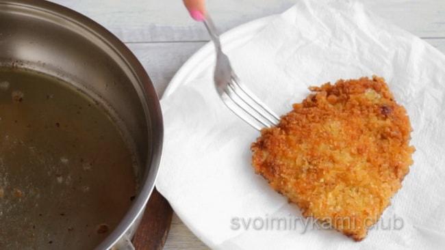 По рецепту, шницель из свинины обмакните салфеткой.