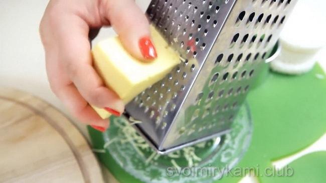 перед тем как приготовить яичницу, натрите на терке сыр