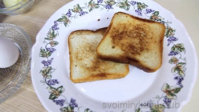 перед тем как жарить яичницу. обжарьте хлеб.