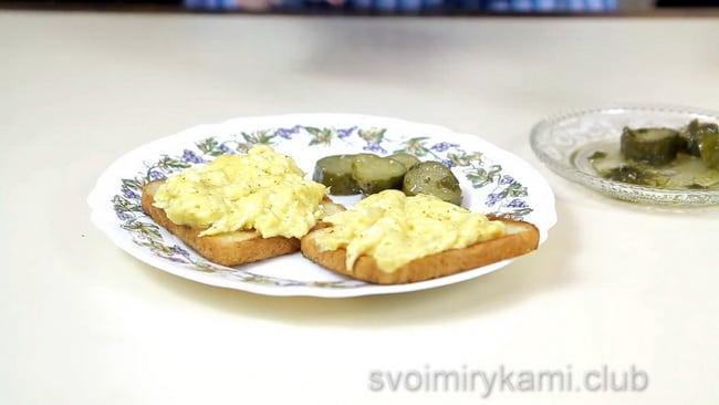 смотрите как правильно готовить обычную яичницу на гренке.