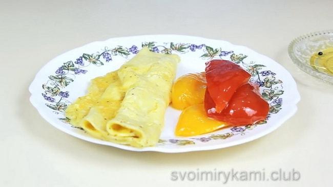 Перед тем как приготовленную яичницу подать на стол, украсьте ее овощами.