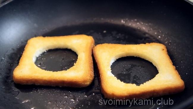 перед тем как приготовить яичницу обжариваем хлеб с обеих сторон.