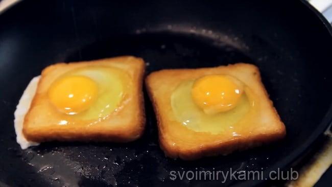 Яйца вылейте в хлеб, вот так готовится яичница в хлебе.