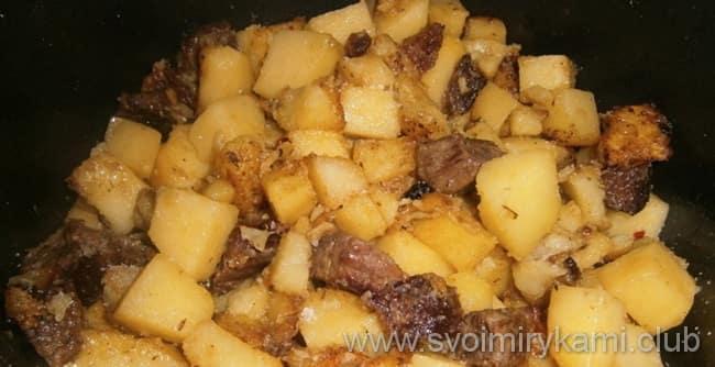 Картофель с мясом в мультиварке обжариваем вместе