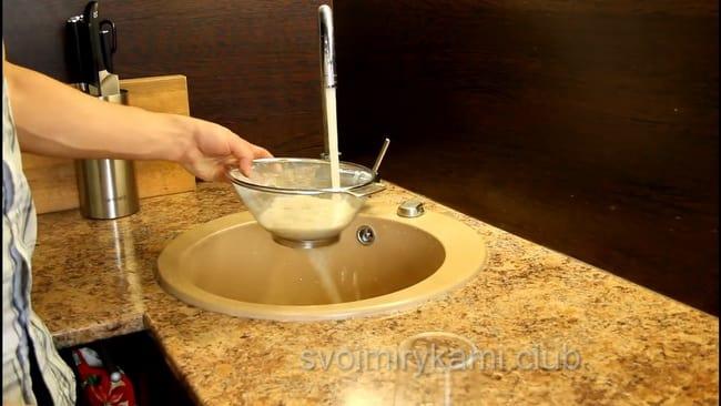 перед тем как приготовить кашу на молоке промойте рис.