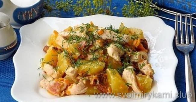 Картофель тушеный с курицей в мультиварке готов