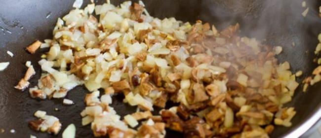 Обжарьте грибы для приготовления картофельных крокетов.