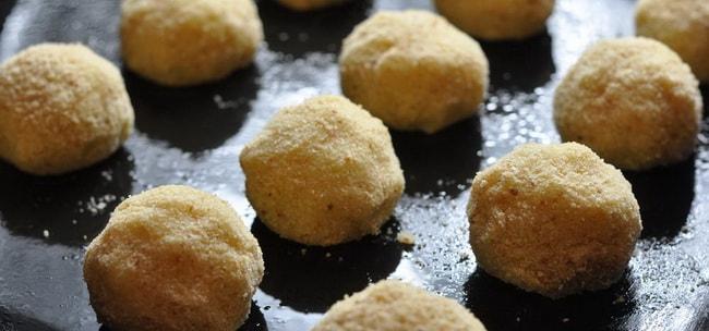 Запеките картофельные крокеты с сыромв духовке.