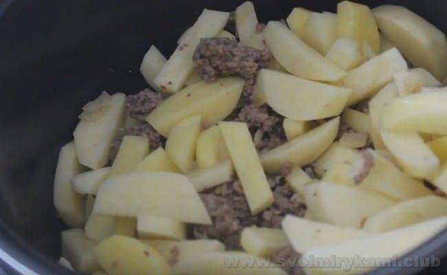 Картошка с фаршем в мультиварке уже почти готова.