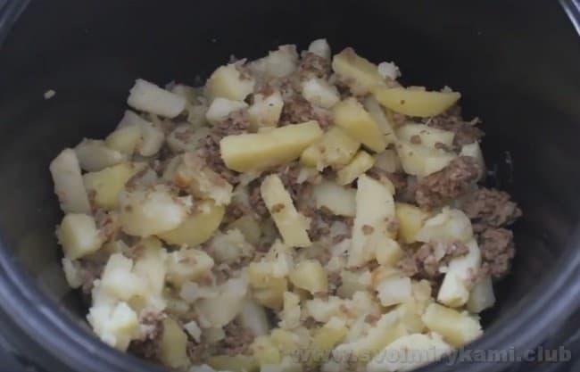 Подавайте картошку с фаршем, приготовленную в мультиварке, с зеленью или овощами.