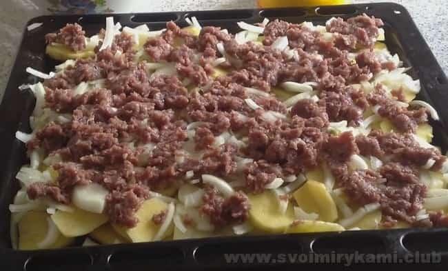 Картошку с фаршем в духовке при желании можно приготовить в горшочках.