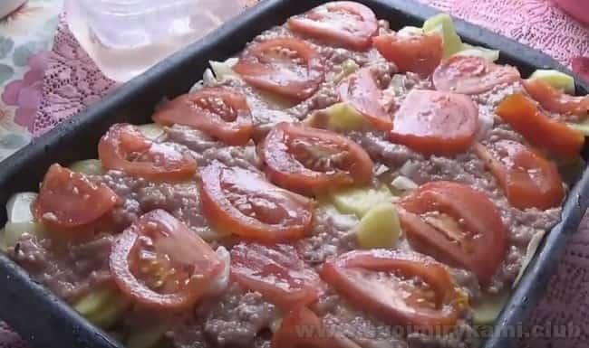 Очень вкусной будет и картошка с фаршем и помидорами в духовке.