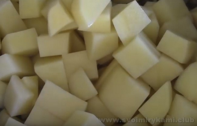 Давайте приготовим сытную тушеную картошку с фаршем.
