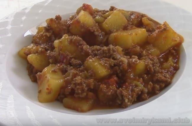Вкусная тушеная картошка с фаршем готова.