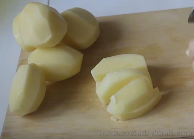 Для приготовления картошки с фаршем в мультиварке нарезайте картофель средними брусочками.